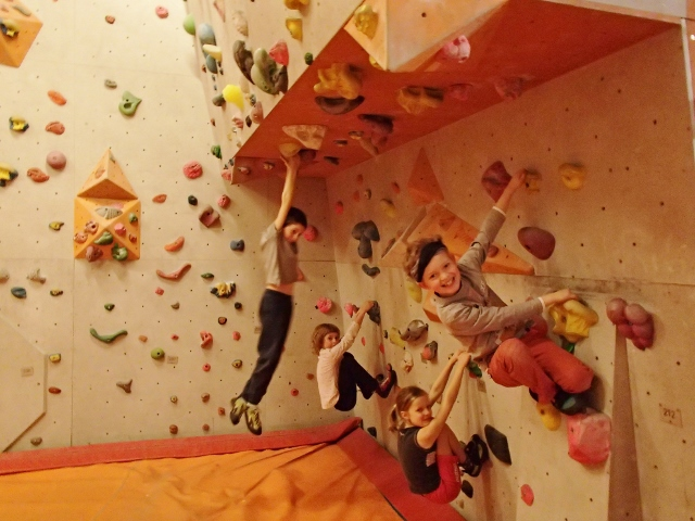 Kletterausrüstung Erklärung : Klettern & bouldern in der kletterhalle :: kindergeburtstag.events